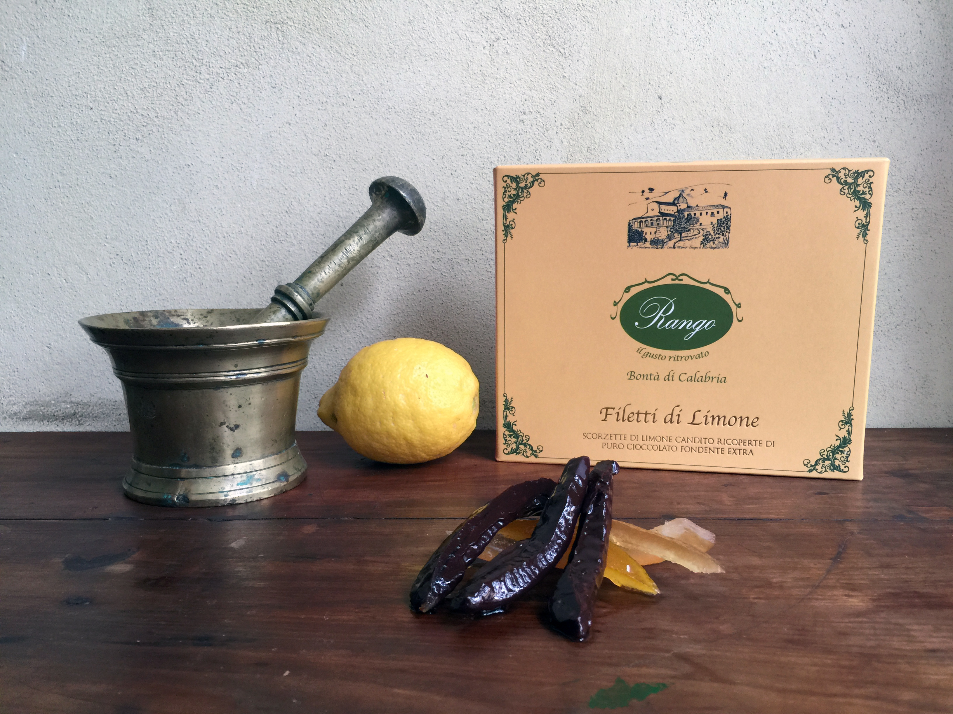 filetti di limone candito ricoperti di cioccolato fondente